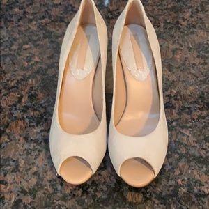 Banana Republic ivory/tan snake skin shoes